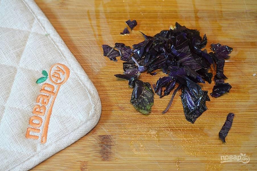Нарежьте базилик, его тоже обжарьте вместе с другими овощами. Посолите, поперчите.