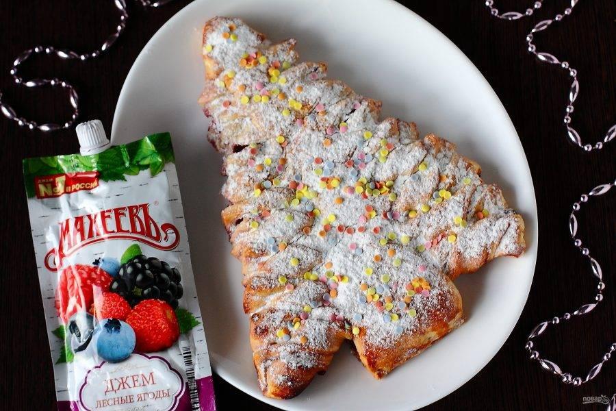 Посыпьте пирог по желанию сахарной пудрой и украсьте по вкусу. Приятного аппетита!