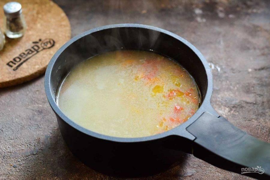 Переложите овощи в суп и варите еще 10 минут. Добавьте по вкусу соль, перец и специи. Готовый суп подавайте к столу горячим.
