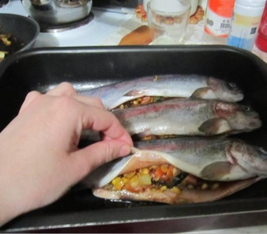 2. Рыбу очищаем от костей, промываем, обсушим и натираем солью. Выкладываем нашу начинку со сковороды и скрепляем края.