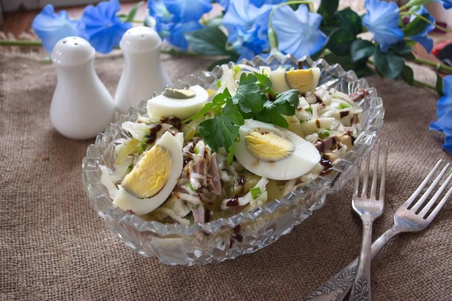 Подайте к столу. Вкусно, красиво, такой сочный салат должен вам понравится. Попробуйте.