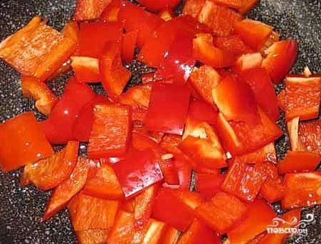 У перца удалить плодоножку, вычистить семена. Нарезать соломкой или квадратиками.