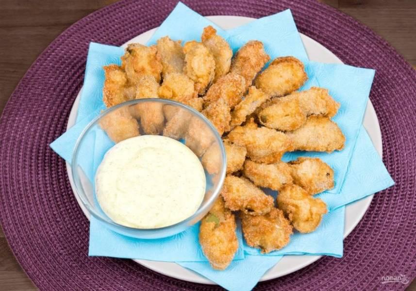 5. Обжарьте огурцы в разогретом фритюре до золотистого цвета. Готовое блюдо выложите на бумажное полотенце. Подавайте с соусом. Приятного аппетита!