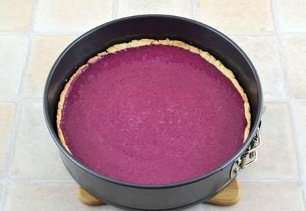 8. Готовый корж немного остудите, после чего аккуратно вылейте в него начинку. Снова отправьте пирог в духовку примерно на 25-30 минут.
