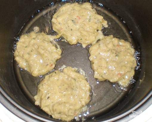 Потом ложкой выкладываем тесто, жарим около 8 минут с одной стороны. Переворачиваем и закрываем крышку на 10 минут. Готовые драники подавайте со сметаной или с другим сосуом.