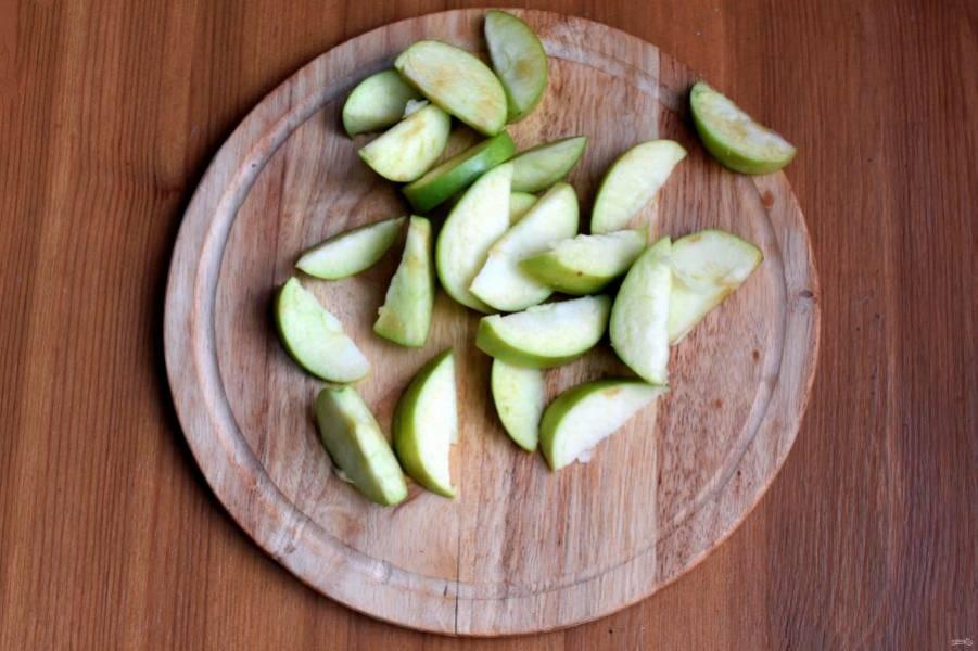 Яблоки нарежьте дольками и обжарьте на разогретом масле до легкого румянца. Выложите в просторную миску.