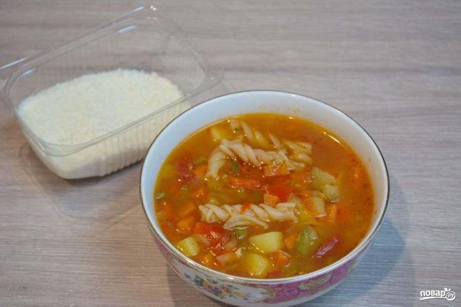 Суп посолите, поперчите. Добавьте итальянских травок и специй. Выключите. Разлейте суп по мискам. В каждую миску добавьте жменьку натертого пармезана.