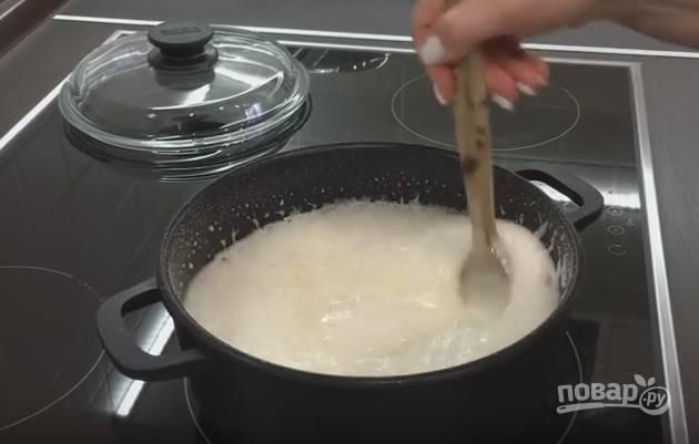 3. Для приготовления глюкозного сиропа возьмите кастрюлю с толстым дном. На 2 части сахара добавьте одну часть воды и лимонную кислоту. Растворите сахар, доведите до 115 градусов и выключите. Добавьте соду и мешайте ложкой, пока не спадет пена. Получится гладкий сироп карамельного цвета.
