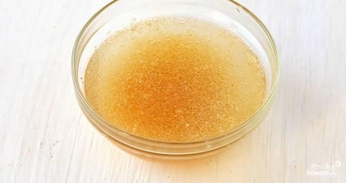 Пока основа для чизкейка охлаждается в холодильнике, возьмите желатин, залейте его водой. Дайте ему хорошенько разбухнуть. На это уйдет около получаса.