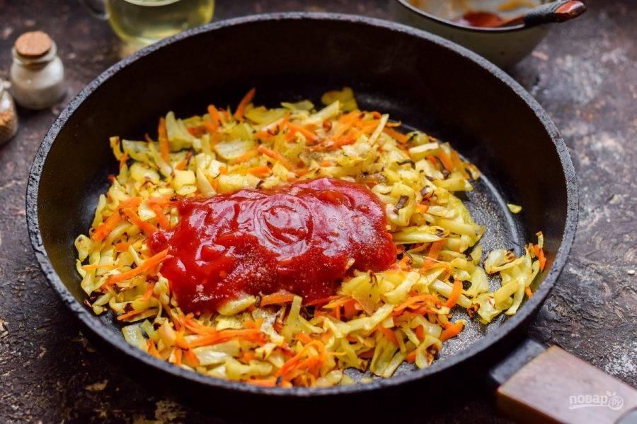 Добавьте к капусте аджику, соль, перец, паприку и специи по желанию.