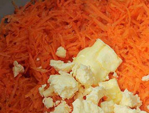 В мультиварку выложите тертую морковь, сливочное масло и влейте стакан воды. Тушите в течение 10-15 минут.