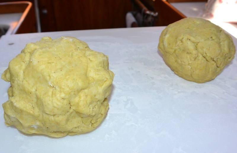 Когда тесто станет мягким, эластичным и однородным по консистенции, разделяем его на две части, заворачиваем каждую в пищевую пленку и ставим тесто в холодильник, пока мы будем заниматься начинкой.