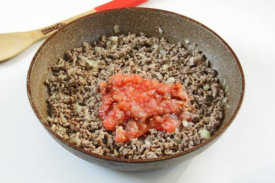 5. Помидор натрите на терке, шкурку уберите, а мякоть добавьте к фаршу. Также добавьте сахар, соевый соус и специи. Тушите все вместе несколько минут на небольшом огне.