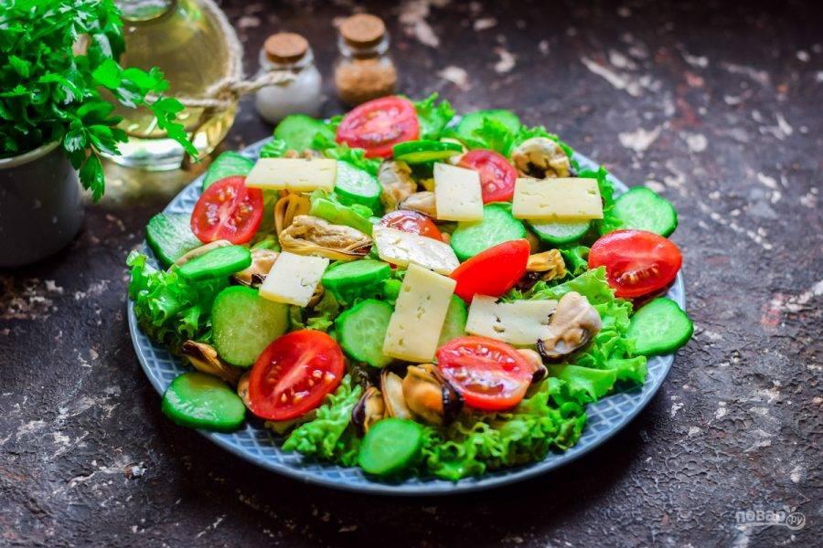 Сыр нарежьте небольшими пластинами. Разложите сыр между всеми ингредиентами. Соль и перец добавьте в салат по вкусу, сбрызните соком лимона, добавьте масло. Подавайте салат к столу сразу.