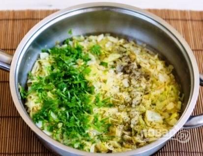 Накрываем сковороду крышкой, на маленьком огне тушим капусту 10 минут. Затем добавляем мелко нарезанную петрушку, соль и перец по вкусу.