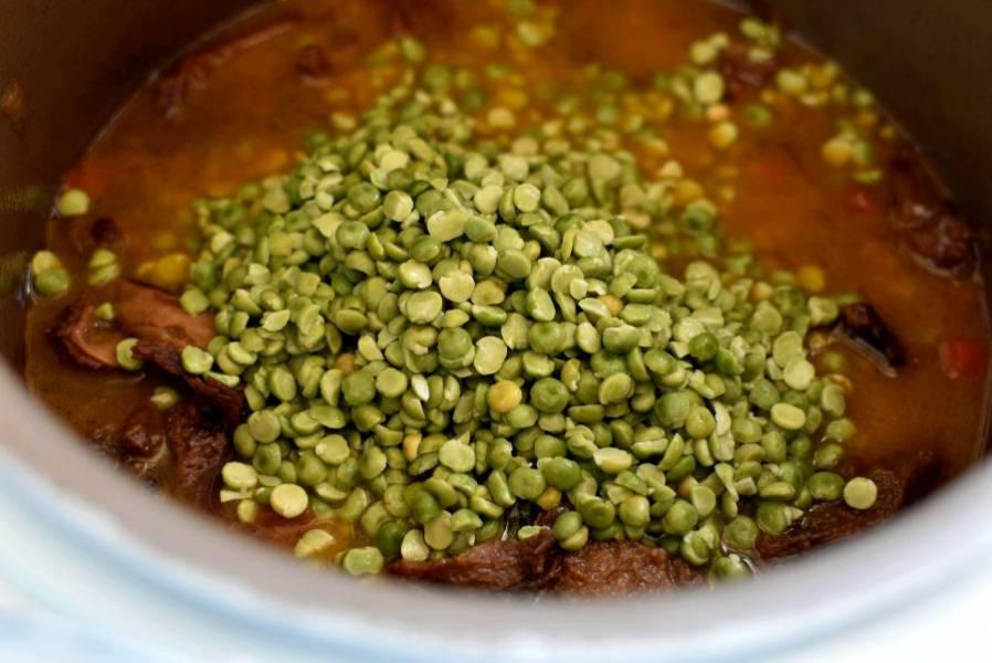 Затем добавьте обсушенный горох. Перемешайте, добавьте столько воды, чтобы все было хорошо покрыто. Поставьте режим тушения на 3 часа, чтобы снизить температуру приготовления. Тушите блюдо один час или почти до готовности гороха.