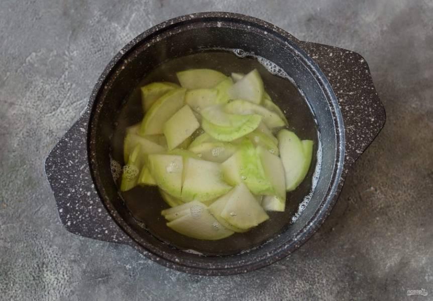 Кольраби нарежьте тонкими ломтикам. Отварите в кипящей подсоленной воде 2-3 минуты и откиньте на дуршлаг.