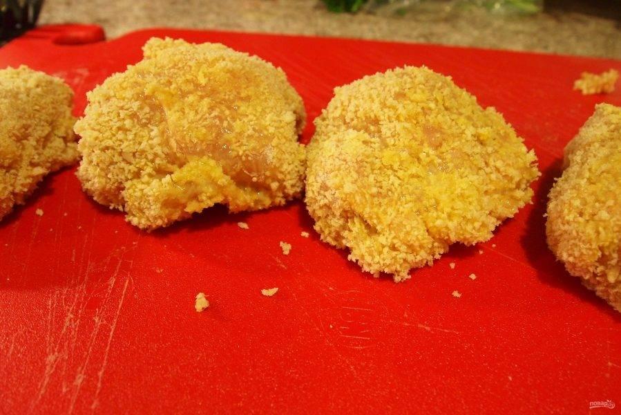 6.В одной миске взбейте яйца, в другую выложите панировочные сухари, а в третью насыпьте муку. Сперва котлету обваляйте в муке, затем окуните в яйцо и панируйте в сухарях.