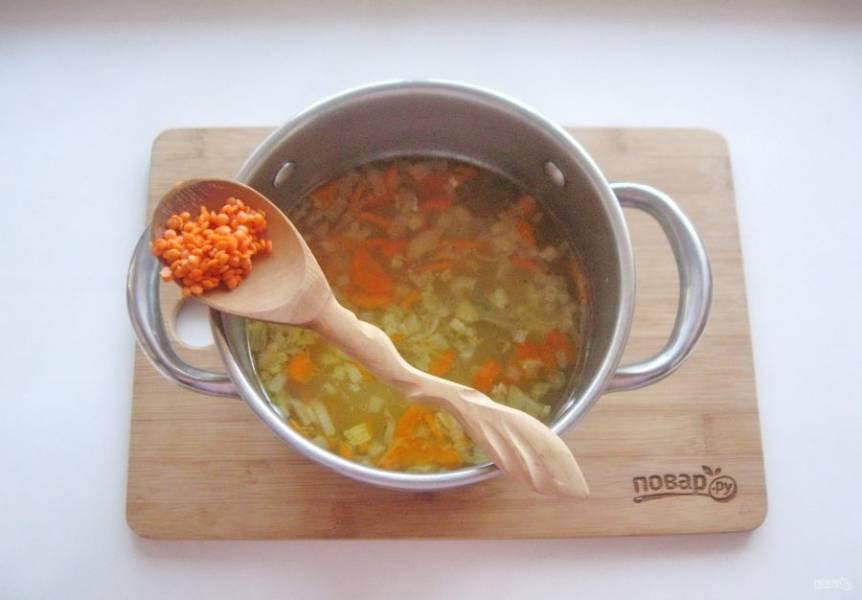 Когда овощи будут почти готовы, добавьте красную чечевицу, которую перед этим хорошо помойте. Варите чечевицу 10-12 минут.