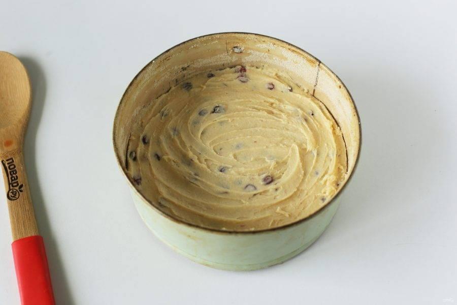 Перемешайте тесто лопаткой и переложите в смазанную маслом форму для запекания. Разровняйте и уберите в холодильник на 2 часа.