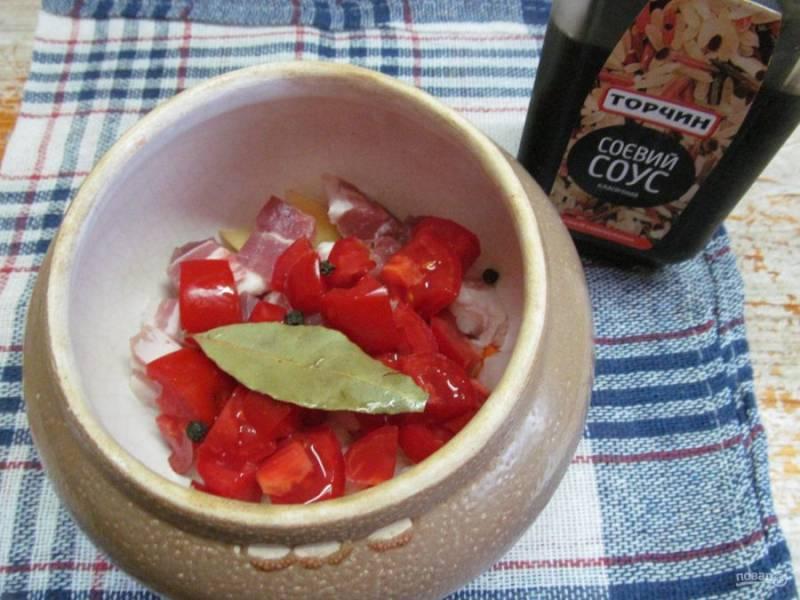 Добавьте кубиком нарезанный помидор, лавровый лист, остальные специи. Влейте соевый соус.