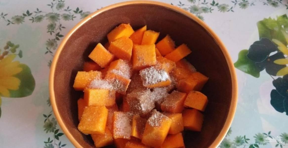 5.Переложите кусочки в миску и посыпьте сахарным песком.