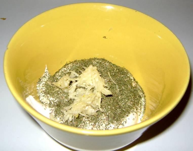 1. Весь секрет салата - в соусе. В миску вливаем майонез, добавим пропущенный через пресс чеснок, специи по вкусу и тщательно перемешаем.