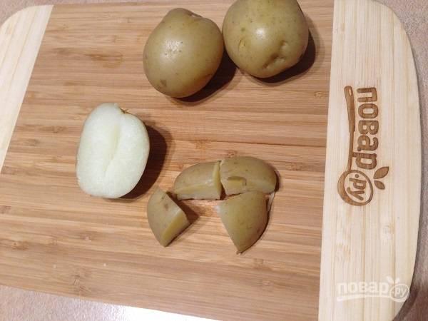 1. Молодой картофель нужно тщательно помыть и отварить до готовности. Затем разрезаем картофель на 4-8 частей.