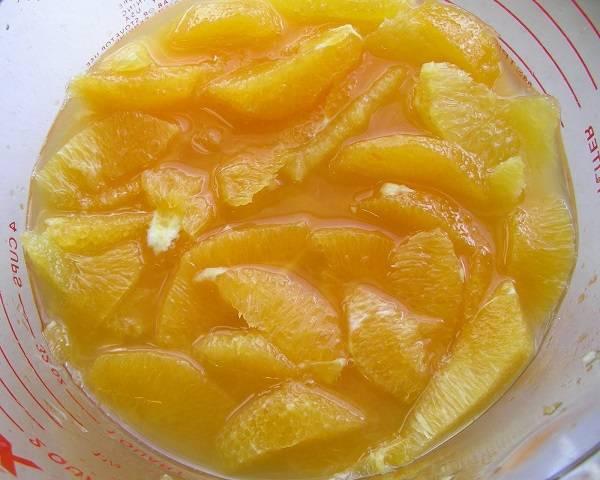 4. Сок, который будет выделяться в процессе разделки, также пригодится. Когда все апельсины готовы, к ним нужно добавить сок 1 лимона.