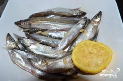 В рыбу выжимаем лимон.