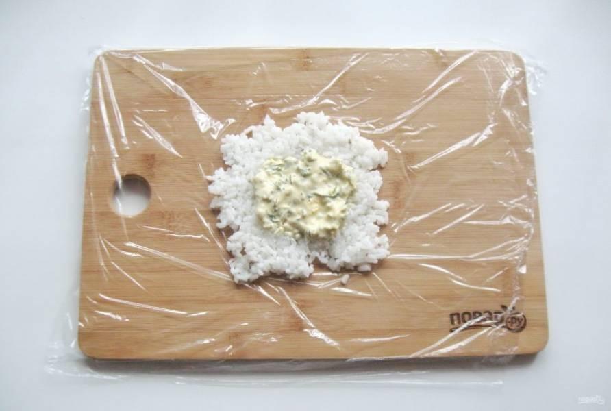 Выложите на рис две столовые ложки соуса.