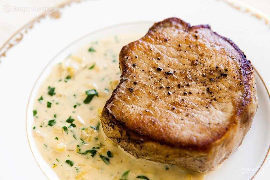 Подавайте мясо вместе с соусом.