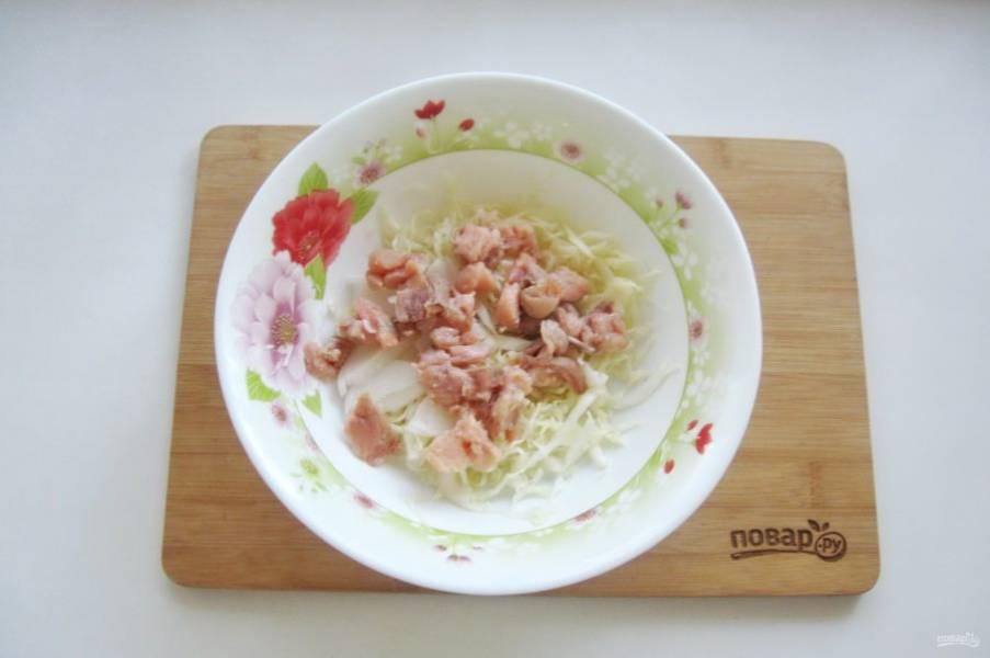 Слабосоленую горбушу нарежьте кубиками и выложите в салат.