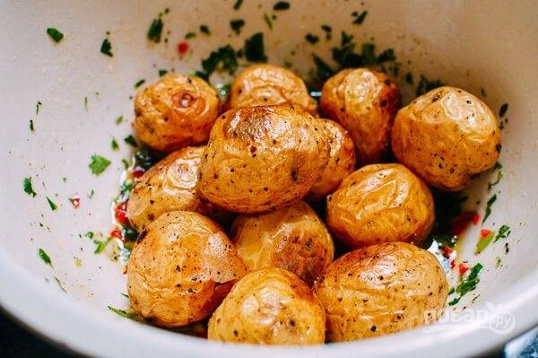 6.Выложите горячий картофель в миску к смеси из сока лайма и оливкового масла.
