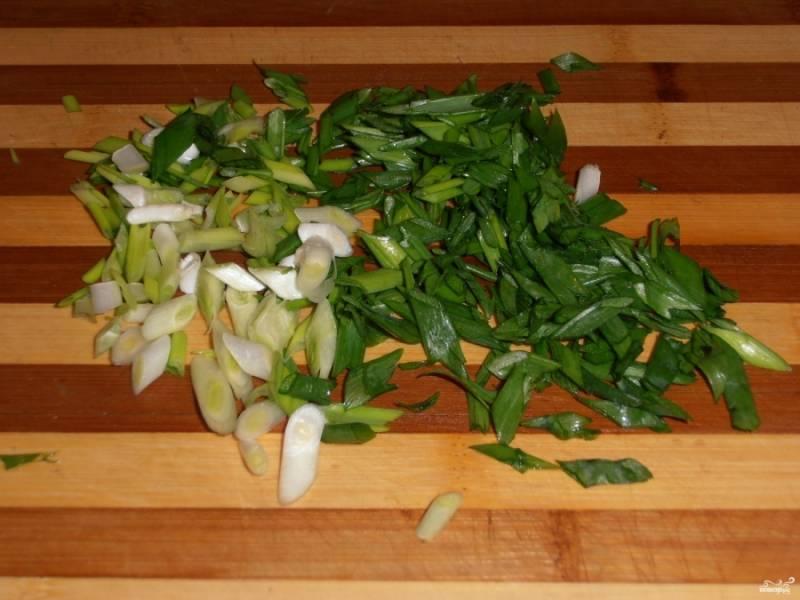 Мелко порубите лук зеленый.
