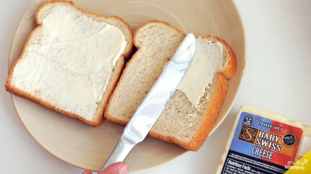 Смажьте оба ломтика хлеба сливочным сыром.