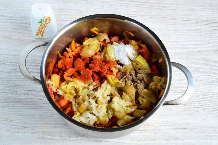 Также в кастрюлю выдавите чеснок, добавьте соль, перец, паприку, перемешайте. Поставьте кастрюлю на огонь и варите на медленном огне 20 минут после закипания.