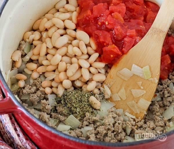 3.Добавьте в кастрюлю измельченные помидоры, а также консервированные бобы, орегано и базилик.