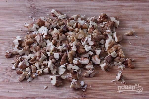 4. Грецкие орехи у меня уже очищенные, рублю их ножом или измельчаю в блендере (можно побить их скалкой).