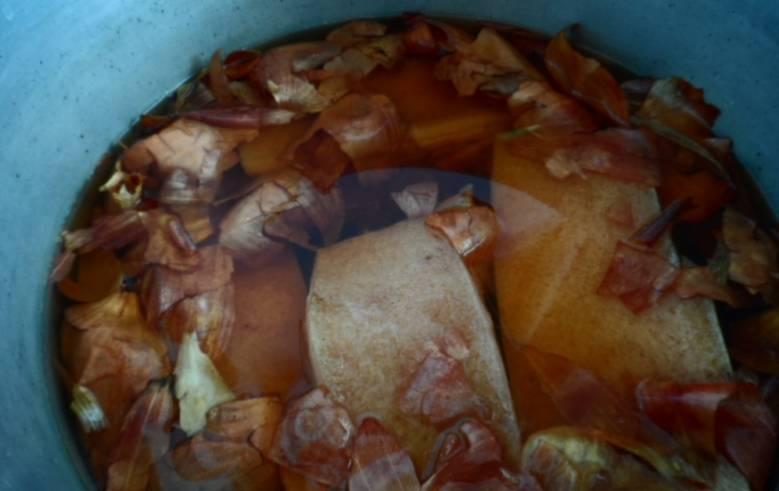 Как только закипит вода, добавьте грудинку. Еще раз доведите до кипения, варите под крышкой 40 минут. Снимите с огня и полностью остудите.
