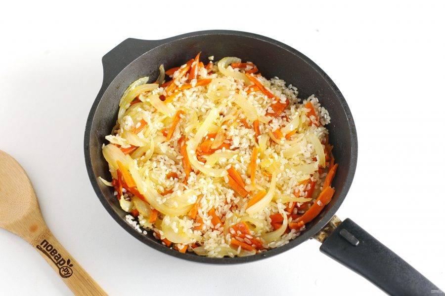 Добавьте промытый рис, соль по вкусу и прогрейте все вместе в течение 2-3 минут.