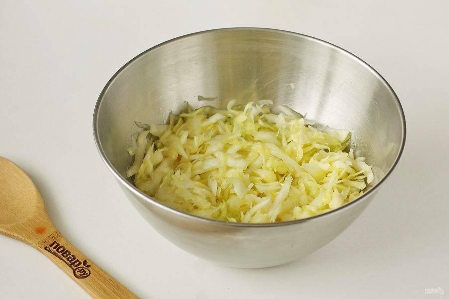 Добавьте сахар и соль по вкусу. Хорошо помните руками, чтобы капуста стала мягче.