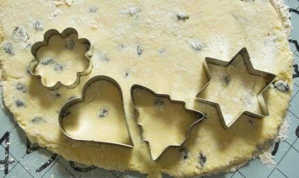 3. Перед запеканием подержите тесто немного в морозилке: так оно не будет прилипать к рукам. Раскатаем пласт толщиной в сантиметр, вырежем фигурками печенье.