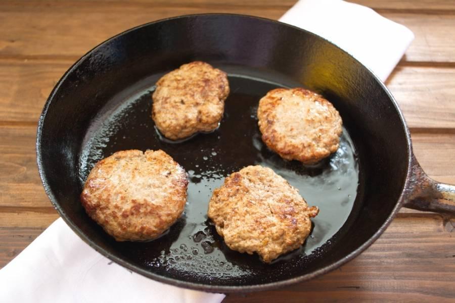 Обжарьте их на сковороде с добавлением растительного масла (без крышки).