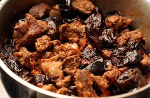 Следим, чтобы жидкость не выкипала и по мере испарения отвара, доливаем его и небольшое количество растительного масла, чтобы не допустить подгорания мяса. Перед тем, как выключать плиту, обязательно проверьте готово ли мясо. Если оно мягкое и пропитано вкусом чернослива, то можно приступать к приготовлению гарнира.