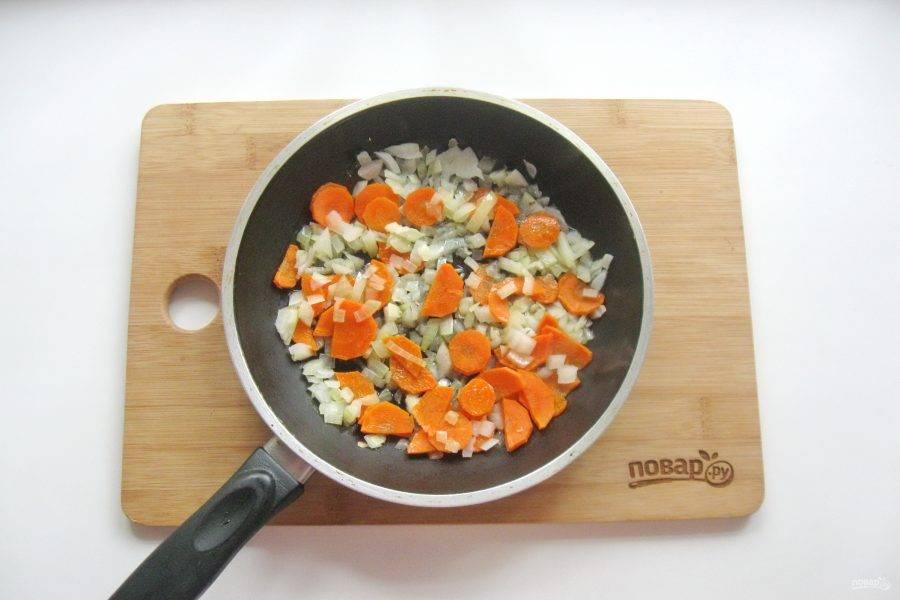Налейте рафинированное подсолнечное масло и припустите эти овощи в сковороде на небольшом огне, в течение 7-8 минут.