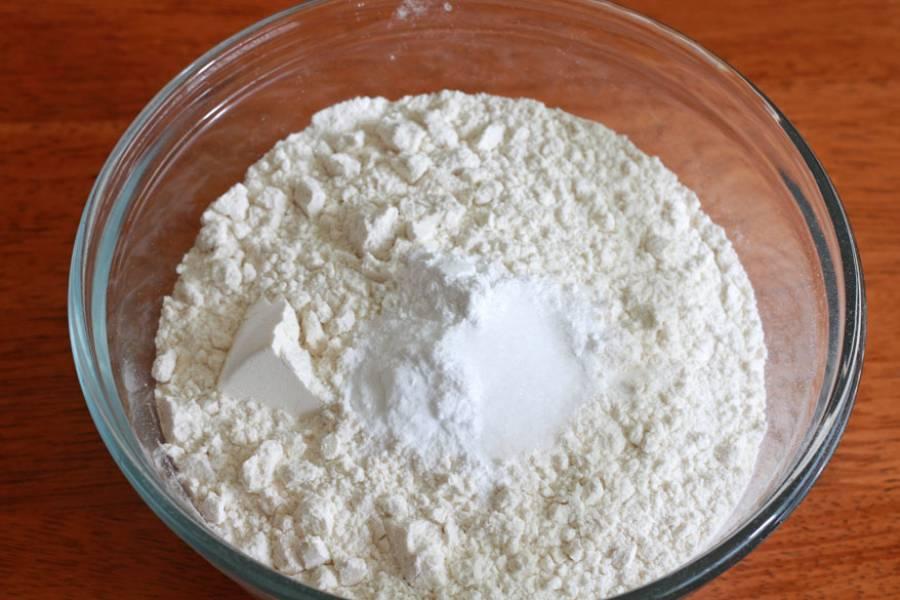 1. Включите духовку нагреваться на 180 градусов. Смажьте форму для запекания маслом или застелите пергаментом. В миске смешайте просеянную муку, соль, соду и разрыхлитель.