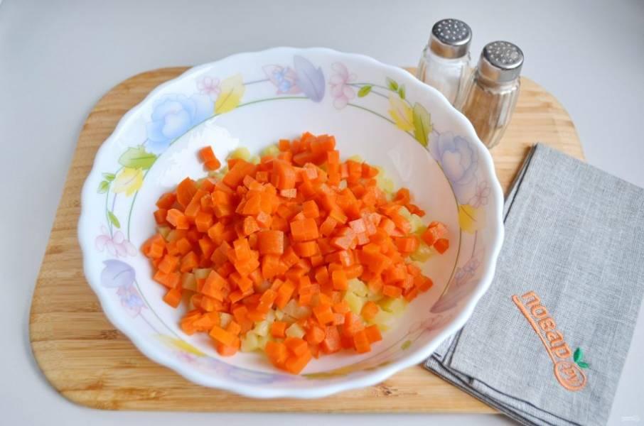 3. Очищенную морковь порежьте маленькими кубиками. Положите к картофелю.