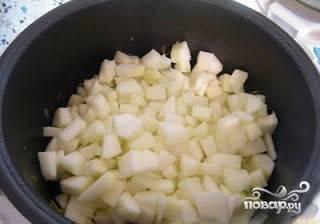 Перед тем как добавить кабачок, добавляем болгарский перец. Крошим его также, как и лук, и бросаем в мультиварку. Только после этого режем кабачки кубиками среднего размера и тоже закладываем их в мультиварку. В этот момент режим выпечки должен подойти к концу (40 минут), мультиварку необходимо поставить в режим тушения (1 час).