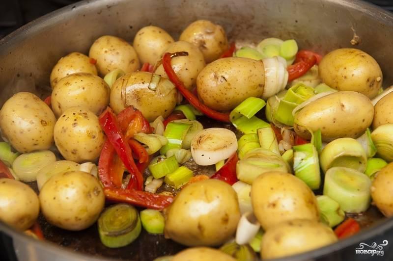 Добавляем нарезанный лук-порей и перец. Продолжаем готовить, пока лук и перец не дойдут до коричневого оттенка.